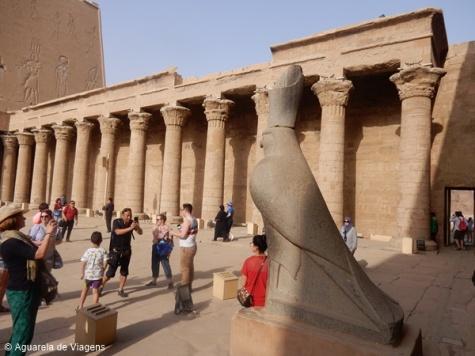 Templo de Edfu, estátua de Horus e colunata